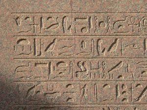 Jeroglíficos inscritos en el obelisco de Hatshepsut erigido en el templo de Karnak.