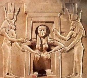 Mujer dando a luz ayudada por dos diosas egipcias, Hathor, diosa del amor, y Taweret, diosa de la fertilidad.