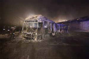 Encapuchados queman autobus