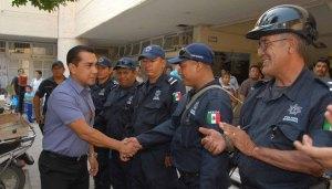 Policias y el alcalde José Luis Abarca