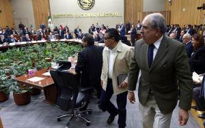 Abandona oposición sesión del INE