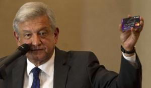 Andrés Manuel López Obrador mostrando una tarjeta Monex