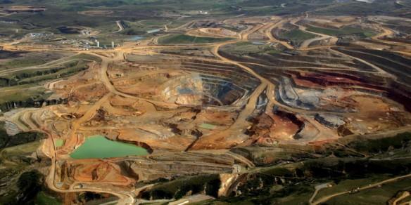La minería a cielo abierto utiliza ingentes cantidades de agua y sustancias químicas de elevada toxicidad como el cianuro de sodio en el caso del oro