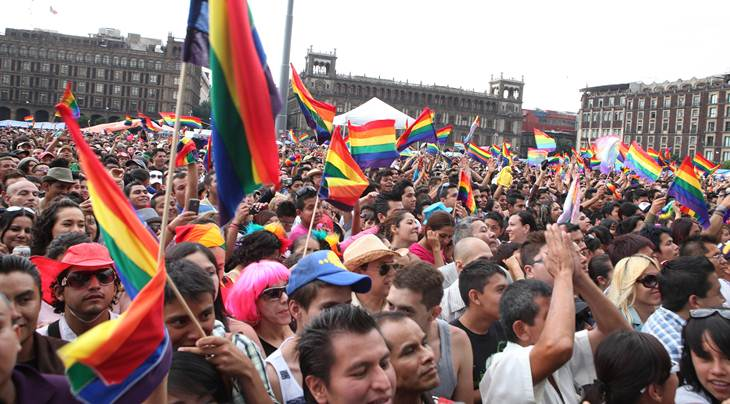Contingente de marcha LGBT en el zócalo capitalino de México